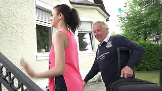 Opa fickt die durchgeknallte Teen Schlampe